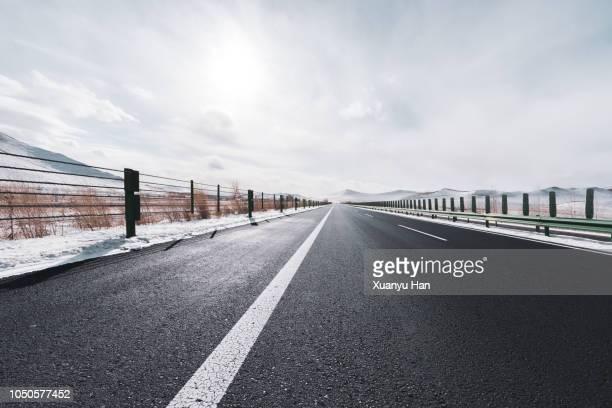 empty road in winter - 境界線 ストックフォトと画像