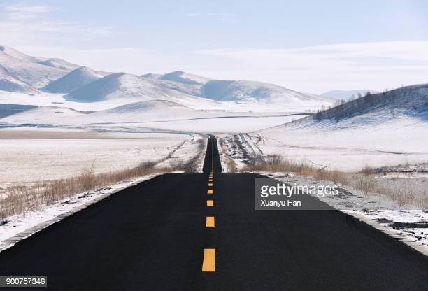 empty road in winter - heldere lucht stockfoto's en -beelden