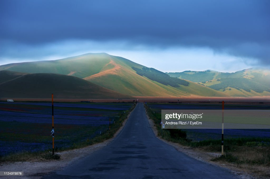 Empty Road Leading Towards Mountains Against Sky : Foto stock