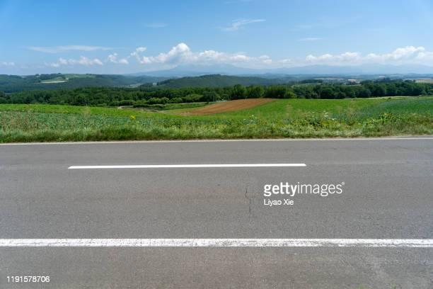 empty road - straßenrand stock-fotos und bilder