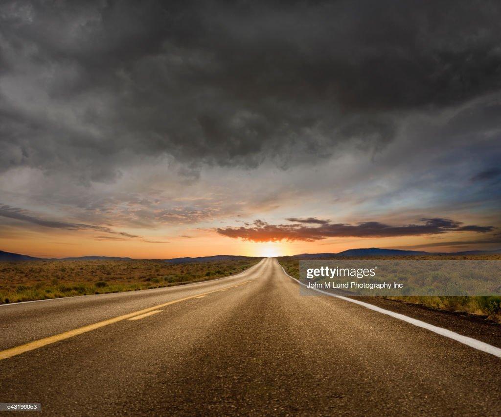 Empty road under sunset sky in remote landscape : Stock-Foto