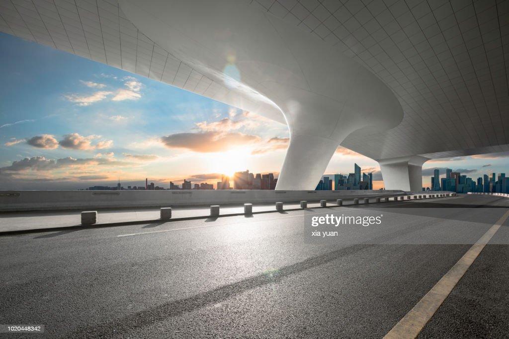 Empty road with city skyline : Foto stock