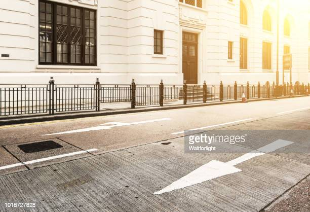 empty road with old-fashioned architecture background,hong kong - stadje stockfoto's en -beelden