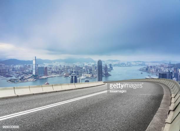 empty road with victoria harbor on background,hong kong - effet de perspective photos et images de collection
