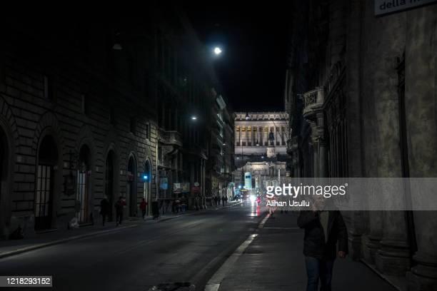 ウイルスによる空のローマの通り。 - 東ヨーロッパ ストックフォトと画像