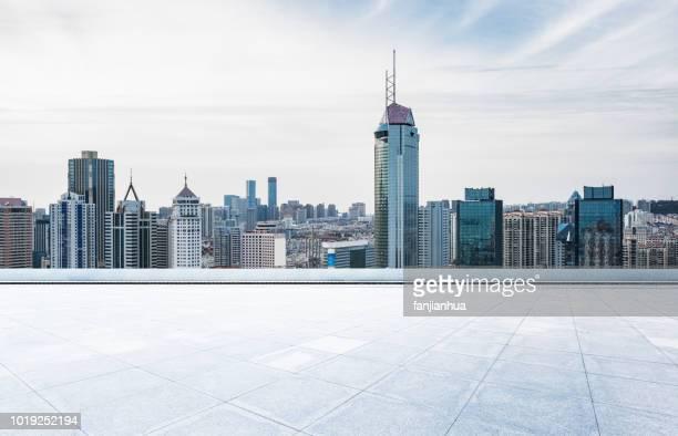 empty rooftop platform front of dalian cityscape - front view photos et images de collection