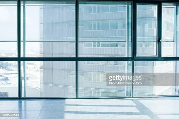 empty room with bay windows - erker stockfoto's en -beelden