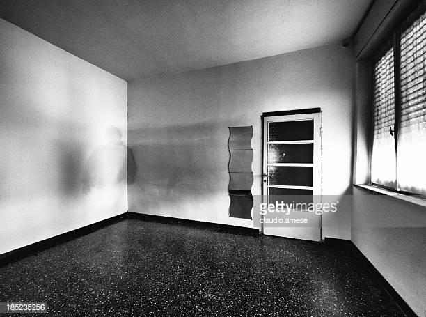 Sala vuota con evento fittizio. Bianco e nero