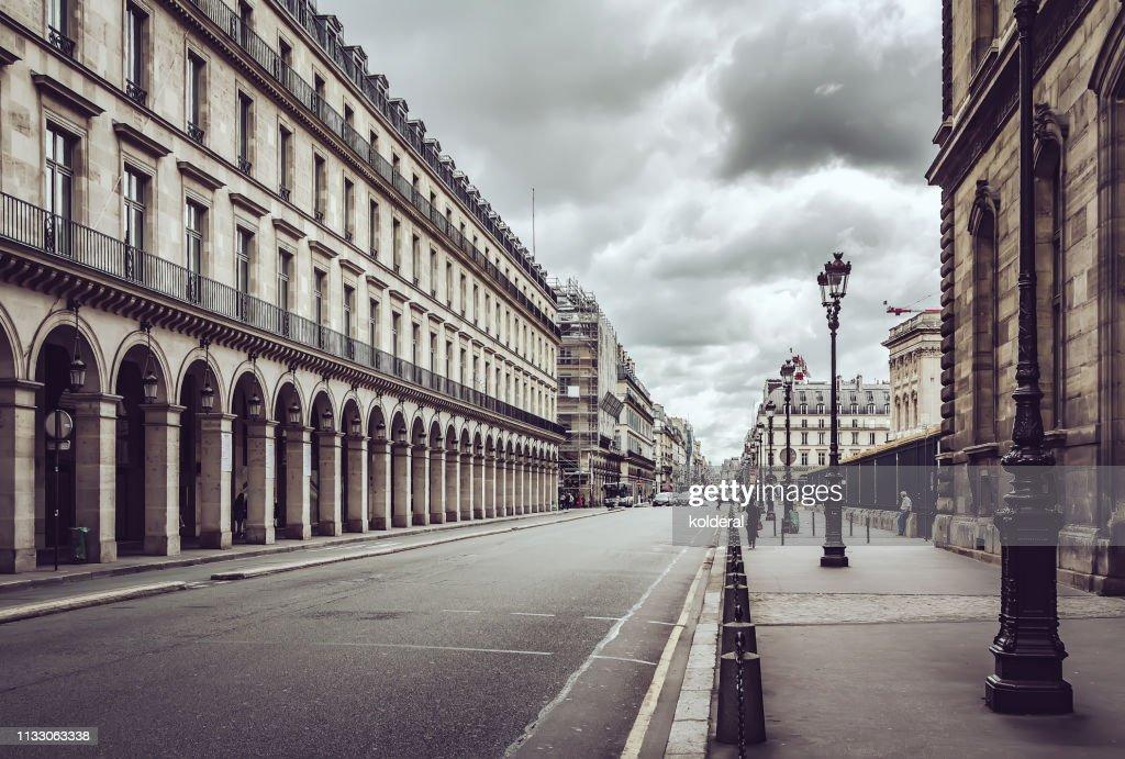 Empty Rue De Rivoli street against dramatic sky in Paris : Stockfoto