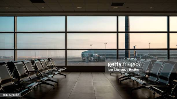 empty seats in airport - flughafenterminal stock-fotos und bilder