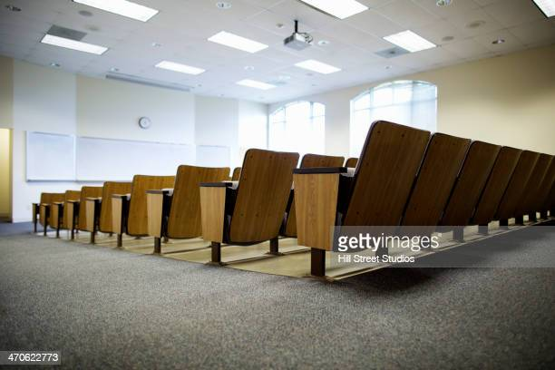 empty seats in lecture hall - 大学キャンパス ストックフォトと画像