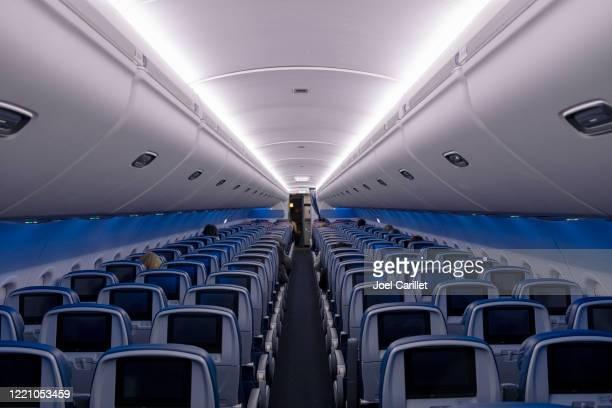 sièges vides en vol pendant la pandémie de covid-19 - delta air lines photos et images de collection