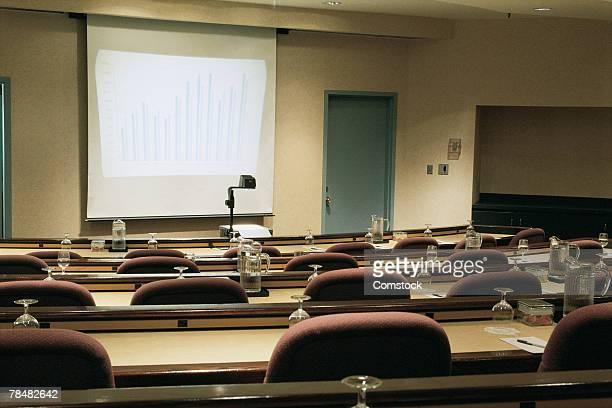 empty seminar room with screen and overhead projector - overheadprojector stockfoto's en -beelden