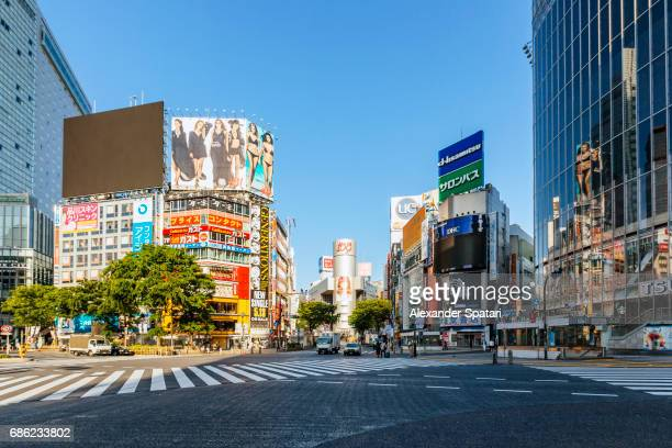 empty shibuya crossing early in the morning with no people and cars - 昼間 ストックフォトと画像