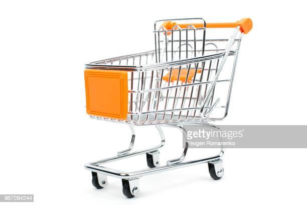 empty shopping cart isolated on white background - mercado espaço de venda no varejo - fotografias e filmes do acervo