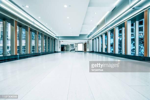 empty shopping mall - einkaufszentrum stock-fotos und bilder