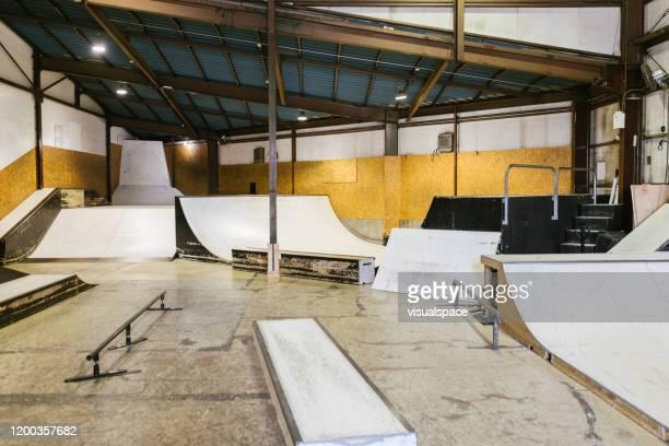 leeg skateboard park - skateboardpark stockfoto's en -beelden