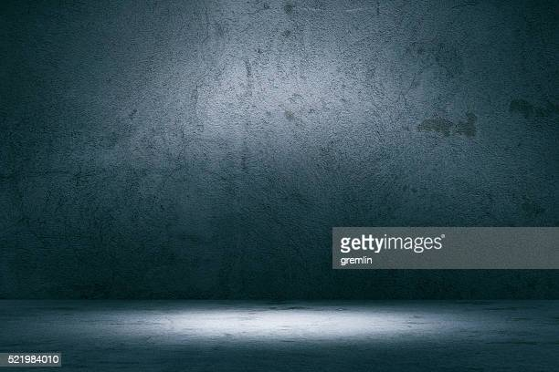 empty spotlit concrete background - muur stockfoto's en -beelden