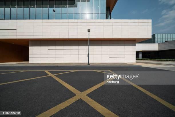 empty square by modern architectures - via principale foto e immagini stock