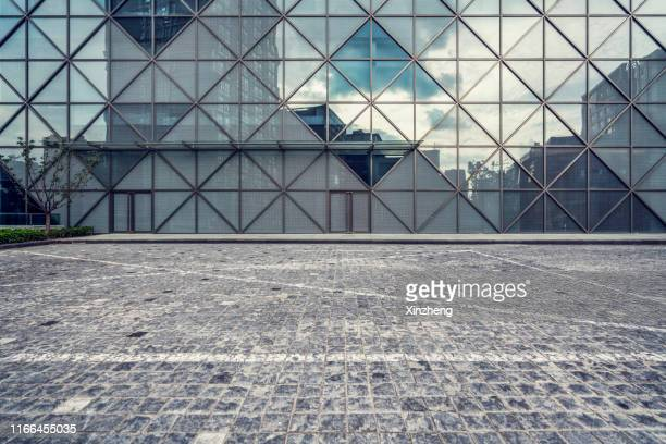 empty square by modern architectures - 建物の正面 ストックフォトと画像