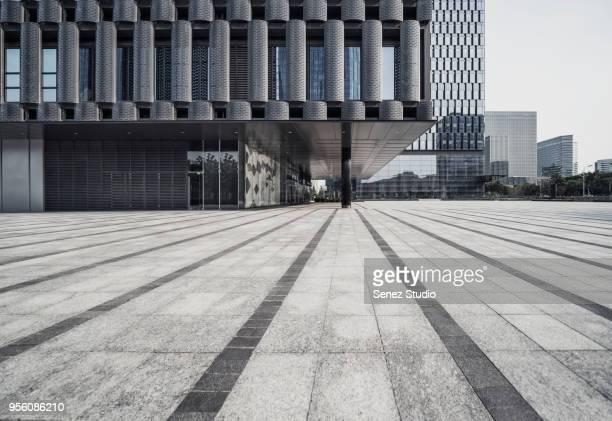 empty square front of modern architectures - menschliche siedlung stock-fotos und bilder