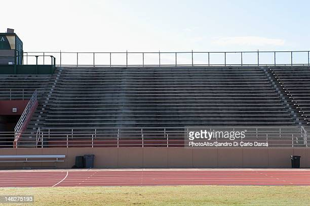 empty stadium and running track - empty bleachers stockfoto's en -beelden