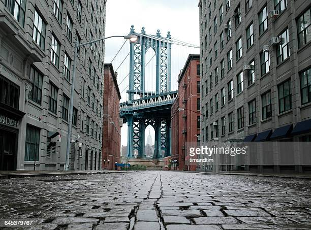 empty street and brooklyn bridge - new york city stock pictures, royalty-free photos & images