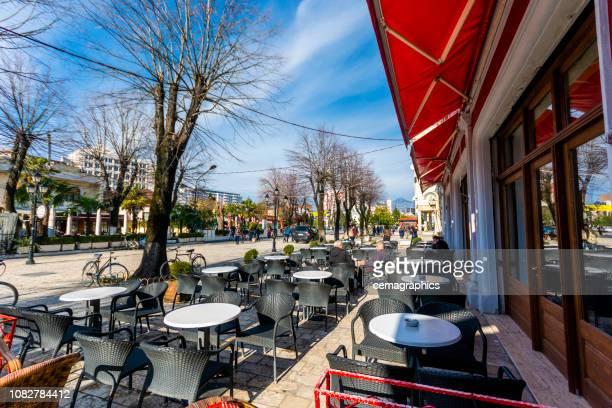lege straat cafe op shkodër, albania - albanië stockfoto's en -beelden
