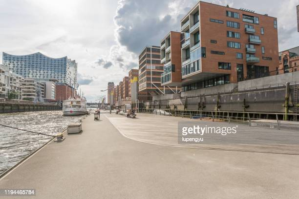 empty street close the quay,hamburg - hamburg germany stock pictures, royalty-free photos & images