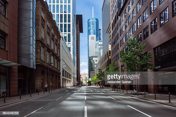 empty street in frankfurt am main, germany - wolkenkratzer stock-fotos und bilder