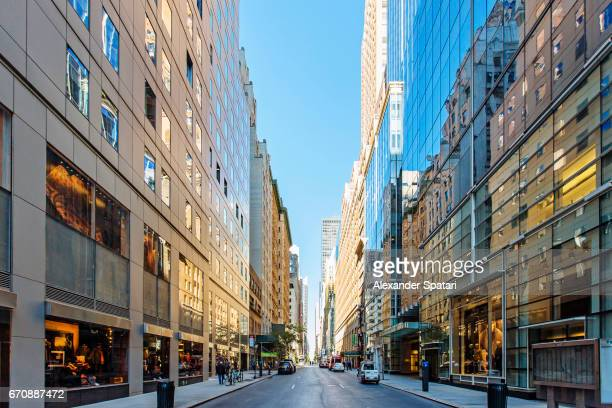 empty street in midtown manhattan, new york city, usa - perspectiva espacial - fotografias e filmes do acervo