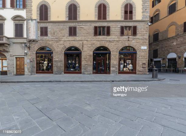 empty street of florence at morning - via foto e immagini stock