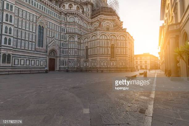 empty street of florence with duomo - cattedrale foto e immagini stock