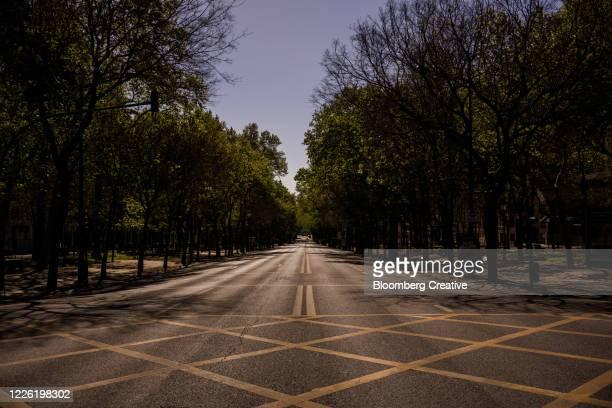empty streets in lisbon during covid 19 lockdown - state of emergency fotografías e imágenes de stock