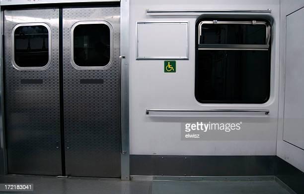 空の地下鉄車