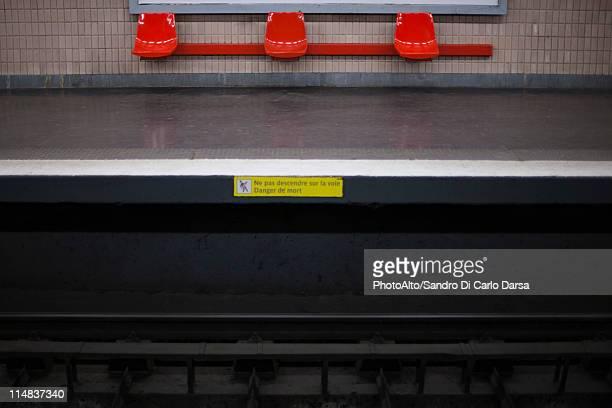 empty subway platform - plataforma de estação de trem - fotografias e filmes do acervo