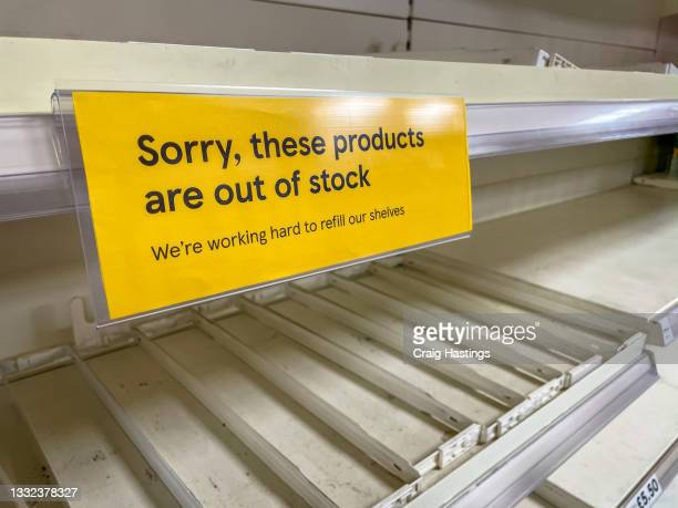 empty supermarket shelves apology sign. covid19 coronavirus pandemic affecting supply lines and deliveries due to lockdowns and closed borders. uk pingdemic causes many essential food and retail staff to self isolate. - empty stock pictures, royalty-free photos & images