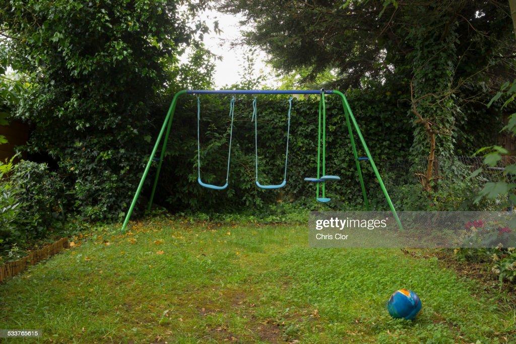 Empty swing set in backyard : Foto stock