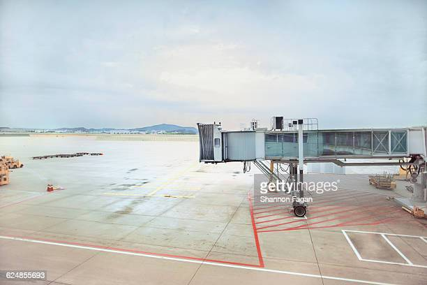 empty tarmac at airport gate - passenger boarding bridge stock pictures, royalty-free photos & images