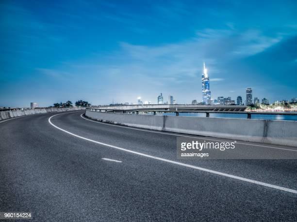 empty tarmac road with nanjing panoramic skyline on background - nanjing road stockfoto's en -beelden
