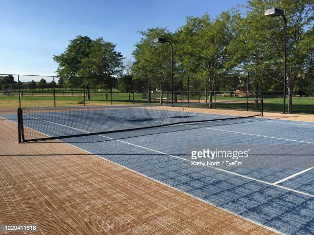 empty tennis court on a sunny day in the park - castle rock colorado stock pictures, royalty-free photos & images