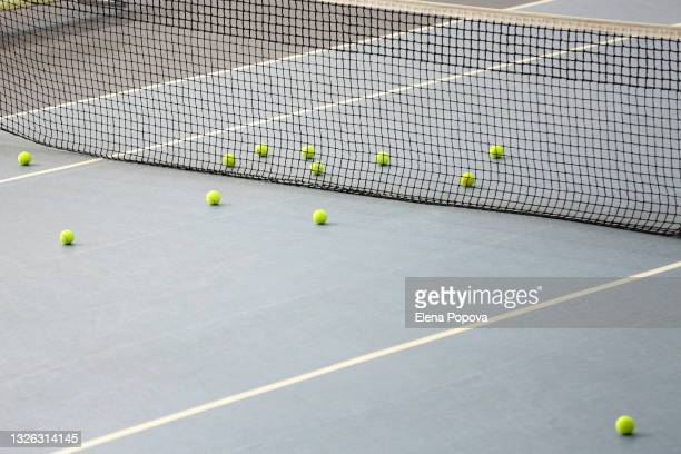 empty tennis court with yellow tennis balls - audience free event stock pictures, royalty-free photos & images