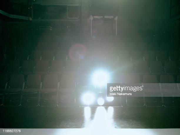 empty theater lighting - coulissen stockfoto's en -beelden