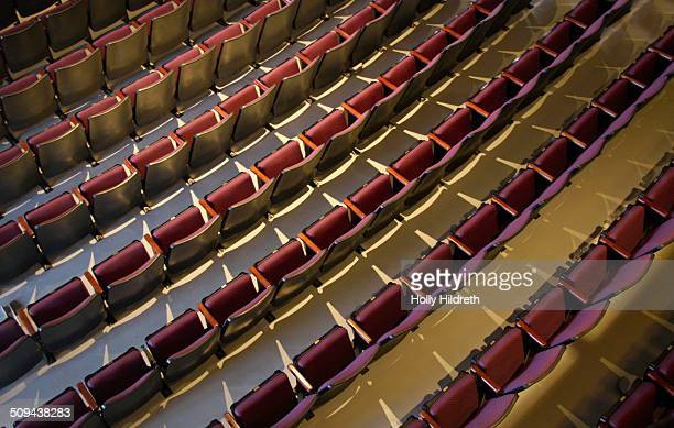 empty theater seats - zuschauerraum stock-fotos und bilder