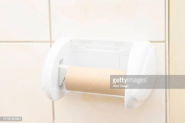 empty toilet paper in a wc. - hemorroida imagens e fotografias de stock