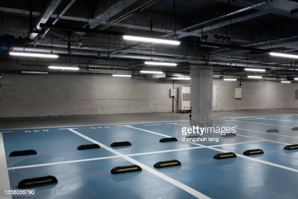 empty underground parking lot. - parkplatz stock-fotos und bilder