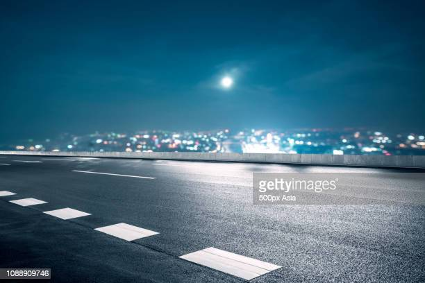 empty urban road at night, guangzhou, guangdong, china - image stockfoto's en -beelden