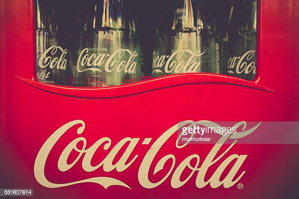 leere vintage-flaschen coca cola in rotem kunststoff fall - pepsi stock-fotos und bilder