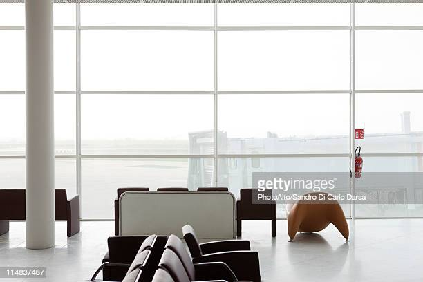 empty waiting area in airport terminal - erker stockfoto's en -beelden