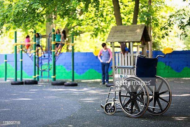 Vacío para silla de ruedas en el patio de juegos